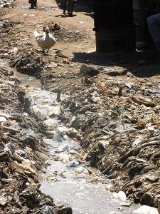 Ściek płynący ulicą slumsu w Kiberze w Nairobi. Aut. Schreibkraft. Źródła Wikimedia. CC-BY-SA-3.0
