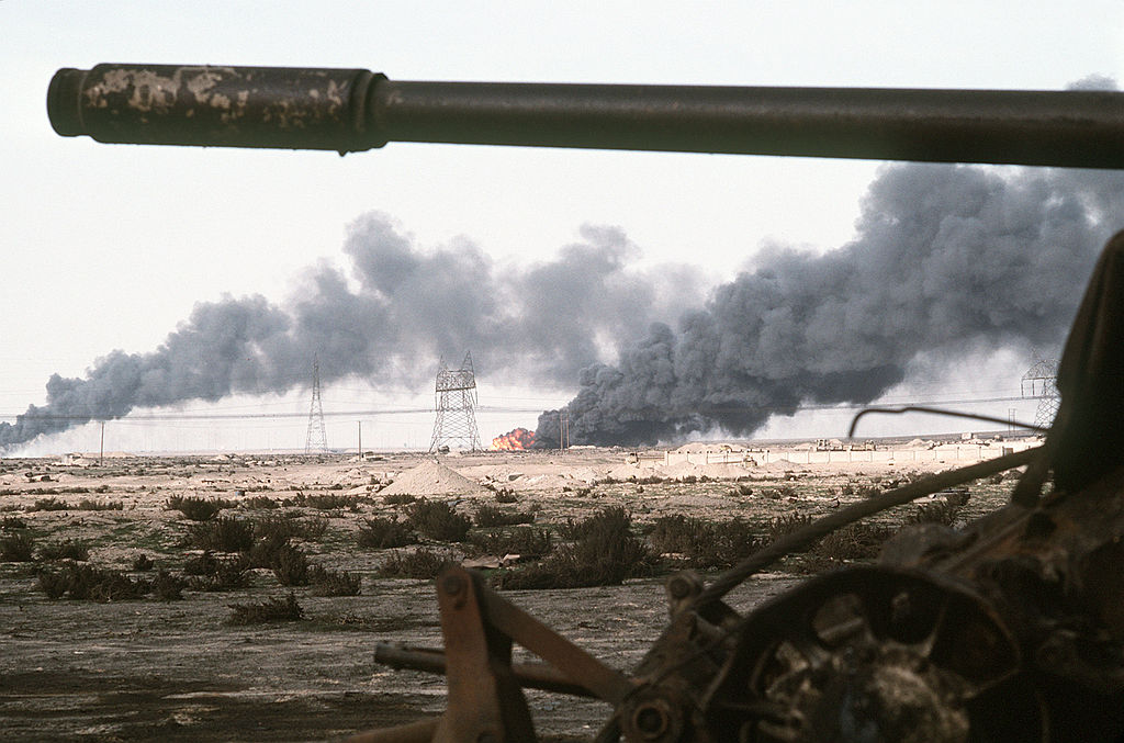 1024px-Disabled_Iraqi_T-54A,_T-55,_Type_59_or_Type_69_tank_and_burning_Kuwaiti_oil_field
