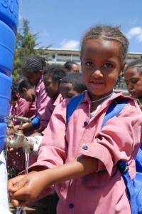 Uczennica z Etiopii, myjąca ręce w ramach obchodów GHD. Zdj. UNICEF Ethiopia, licencja CC BY-NC-ND 2.0