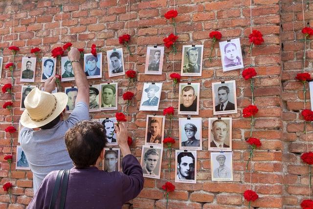 Hiszpania. Zdjęcia ofiar frankizmu na murze cmentarza. Fot.  Imagen en Acción, CC BY-NC-ND 2.0