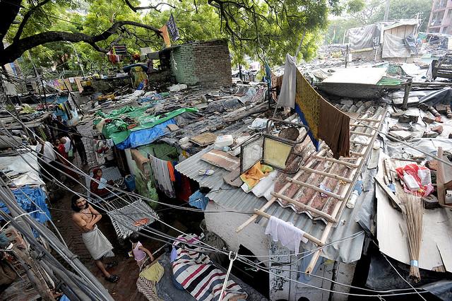 Slumsy w Nowym Delhi, jednym z najludniejszych miast świata. W takich warunkach żyje tu ok. 2 mln osób spośród ok. 17 mln mieszkańców. Nie należy jednak zapominać, że miasta na Globalnym Południu mają też nowoczesne oblicze. Fot. DFID, CC BY-NC-ND 2.0