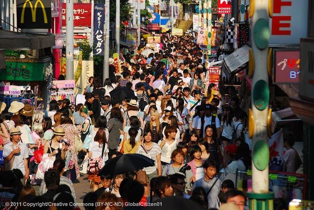 Zatłoczona ulica w Tokio. Fot. Austronesian Expeditions, CC BY-NC-ND 2.0
