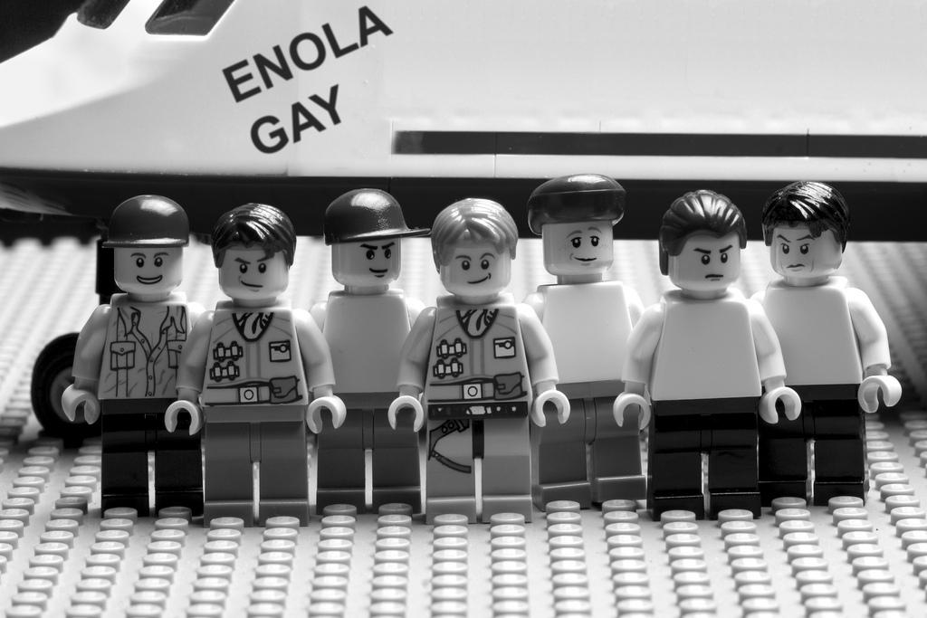 """Załoga bombowca """"Enola Gay"""", który zrzucił bombę atomową na Hiroszimę. Rekonstrukcja oryginalnego zdjęcia z użyciem klocków Lego powstała w ramach projektu fotografa Erica Constantinaeu, który stworzył całą serię zdjęć z użyciem klocków, aby pokazać różne przejawy niesprawiedliwości na świecie. Zdj. https://flic.kr/p/amNjh7"""