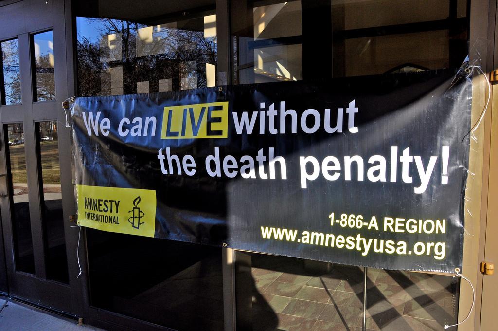 """Transparent Amnesty International z hasłem """"Przeżyjemy bez kary śmierci"""". Aut. C. Elle, CC BY-NC-SA 2.0"""