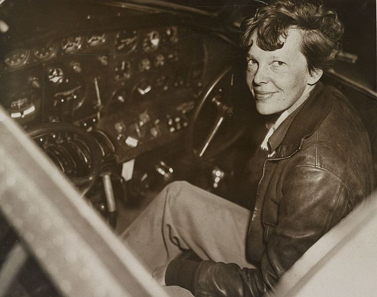 Amelia Earhart w swojej Electrze, w której zginie w 1937 roku w trakcie podróży dookoła świata wzdłuż równika. Źródło Wikimedia. DP