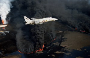 F-14A_VF-114_over_burning_Kuwaiti_oil_well_1991