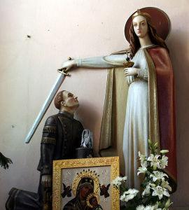 Figura świętej Barbary błogosławiącej górnikowi w kościele Matki Boskiej Szkaplerznej w Rybniku - Zebrzydowicach. Autor Pleple2000. Źródło Wikimedia. CC BY-SA 3.0
