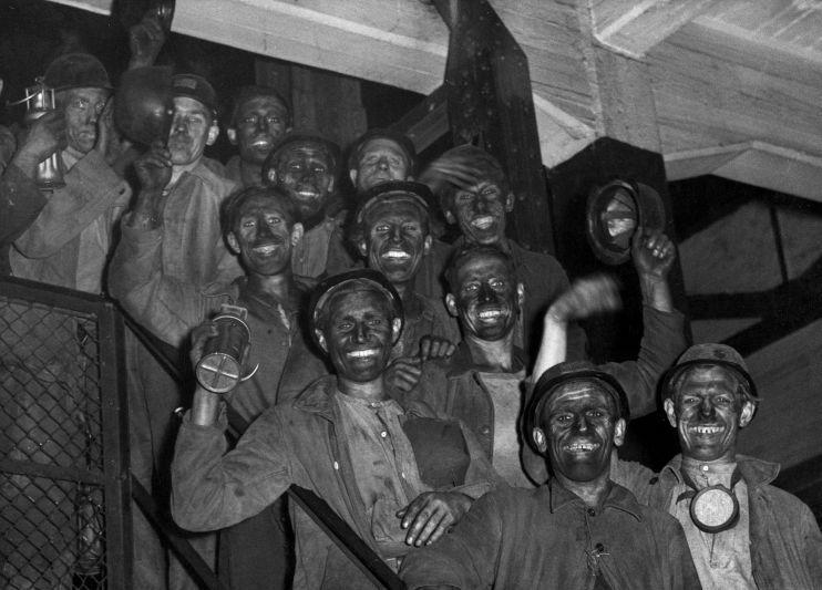 Górnicy wracają z pracy. Limburgia, Holandia, 1946 rok. Autor Henk Blansjaar. Źródło Wikimedia. Licencja Flickr's the Commons