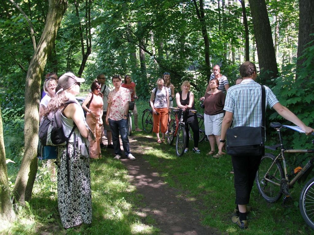 Park Julianowski. W cieniu parkowych drzew słuchamy opowieści przewodnika - Tomasza Bużałka.