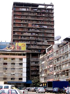 Pionowy slums w Luandzie, Angola. Aut Paulo Cesar Santos. Źródła Wikimedia. CC0 1.0