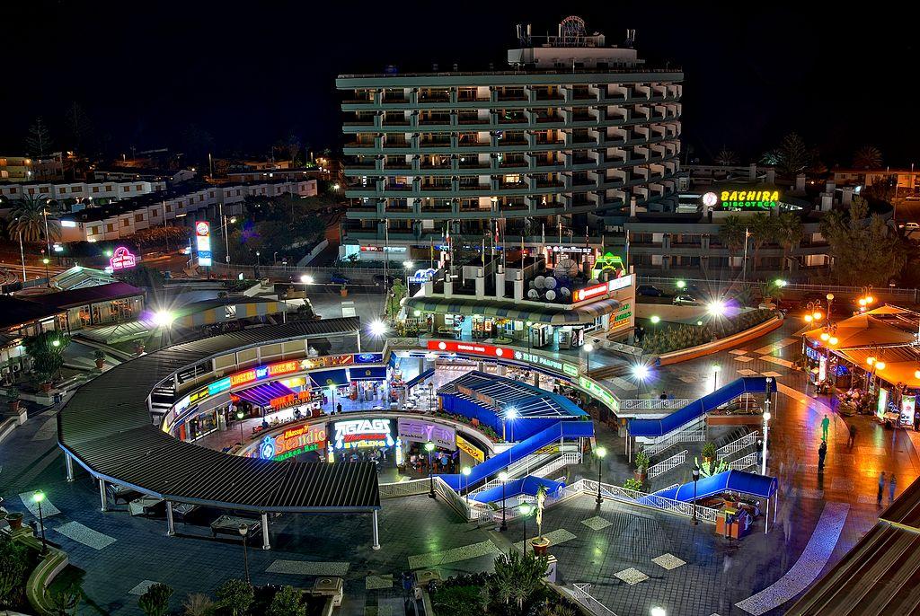 Playa del Inglés nie posiada typowego centrum. Handel, usługi i gastronomia są zlokalizowane w centrach handlowych. Aut. Kriki. Źródła Wikipedia. CC 3.0