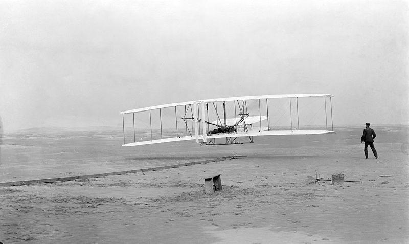 Początki lotnictwa to pierwsze udane loty zrealizowane przez braci Wright w 1903 roku. Źródło Wikimedia. DP