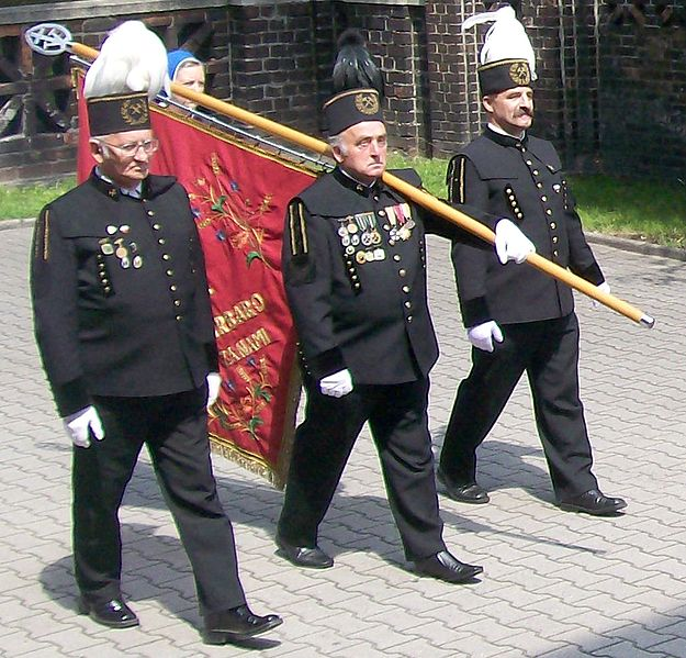 Poczet sztandarowy parafii św. Anny w Janowie w mundurach górniczych. Autor Ewkaa. Źródło Wikimedia. CC 3.0