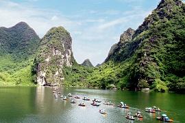 Przeprawianie turystów przez Czerwoną Rzekę łodzią w okolicy wietnamskiego zespołu krajobrazowego jest pomysłem miejscowych na lokalną przedsiębiorczość. Źródło WTD.UNWTO.ORG