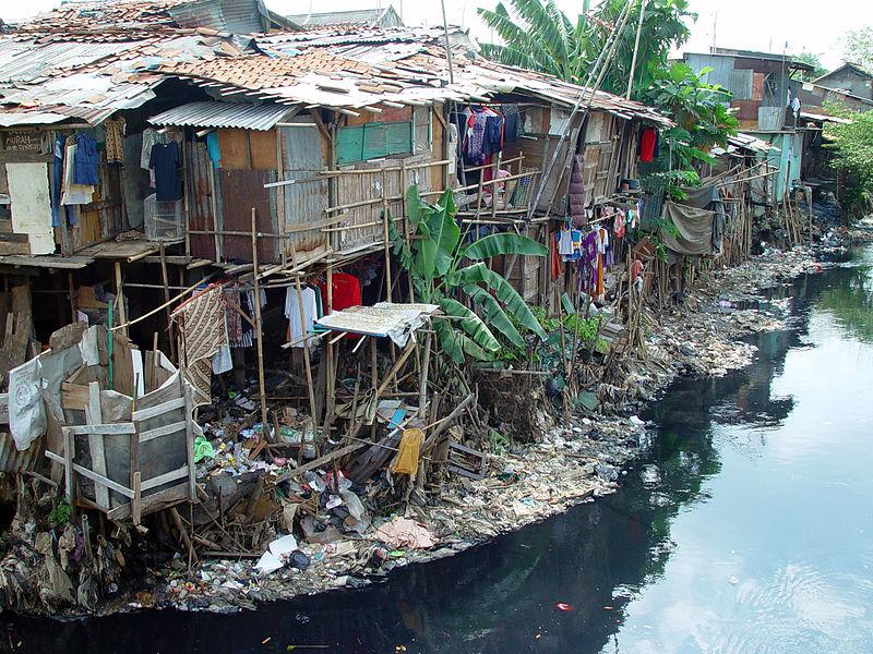 Slumsy zbudowane na podmokłych obszarach w pobliżu wysypiska. Wschodnie Cipinang, Dżakarta, Indonezja. Aut. Jonathan Mcintosh. Źródła Wikipedia. CC-BY-2.0