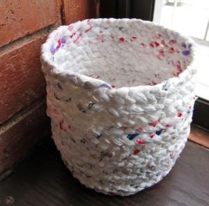 Spleciony z torebek foliowych koszyk. Źródło Pinterest