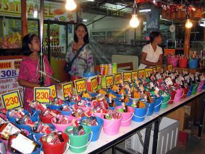 Sprzedaż wiaderek z alkoholem podczas full moon parties na tajskiej wyspie Ko Pha Ngan w miejscowości Haad Rin. Aut. Travelpleb. Źródło Wikimedia. CC 2.0