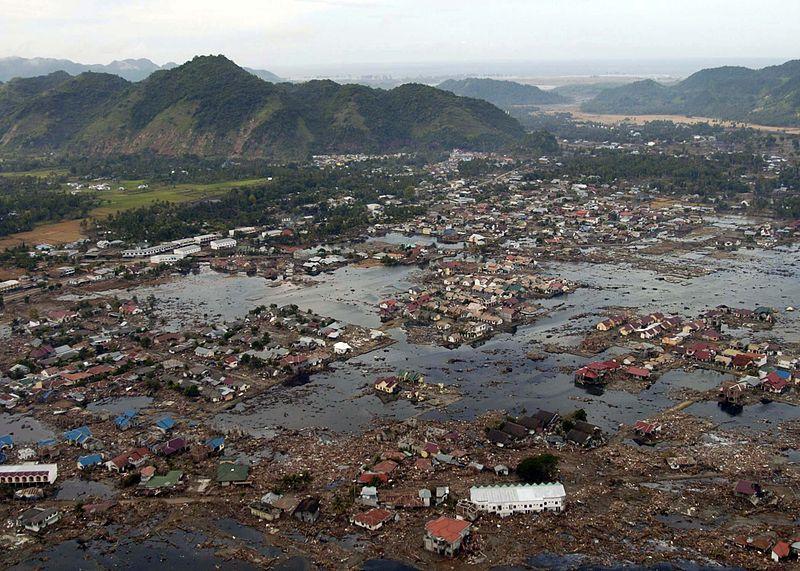 Sumatrzańska wioska zniszczona przez tsunami wywołane trzęsieniem ziemi na Oceanie Indyjskim w 2004 roku. Aut. Philip A. McDaniel, marynarka wojenna USA. Źródło Wikipedia. DP