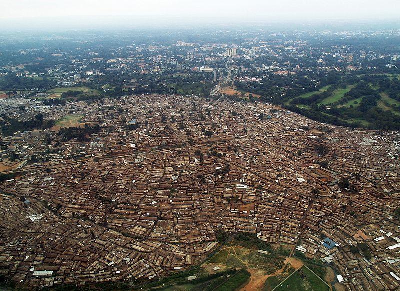 Zachodnia część slumsu w Kiberze, Nairobi. Aut. Kreuzschnabel. Źródło Wikimedia. CC-BY-SA-3.0