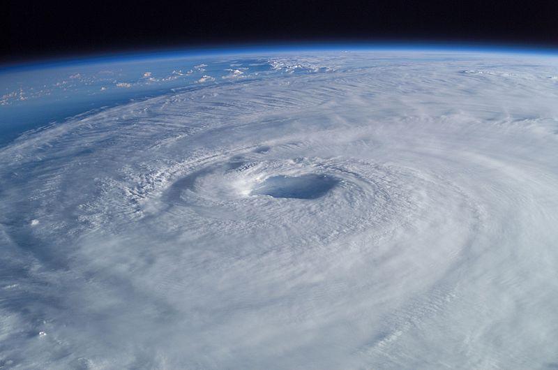Zdjęcie huraganu Isabel wykonana przez astronautę z międzynarodowej stacji kosmicznej.  Aut. Edward Lu. Źródło Wikimedia. DP