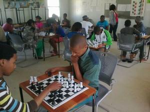 Konkurs szachowy w  Liceum Sinenjongo w Milnerton, Cape Town (Republika Południowej Afryki), 2013. Liceum powstało w 1993 roku, wówczas mieściło się w jednym baraku, w którym uczyły się 4 klasy. Obecnie szkoła ma 18 sal, ogród, sale komputerowe i laboratorium, zatrudnia 27 nauczycieli a uczy się w niej ok. 800 uczniów.