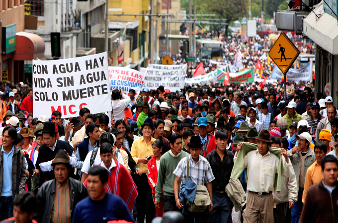 """Niektóre 6000 rdzenni mieszkańcy biorą udział w proteście przeciwko rządowej ustawy polemika na temat zasobów wodnych lub """"prawie wody"""" w Quito, Ekwador, 08 kwietnia 2010 roku. EPA / JOSE Jacome"""