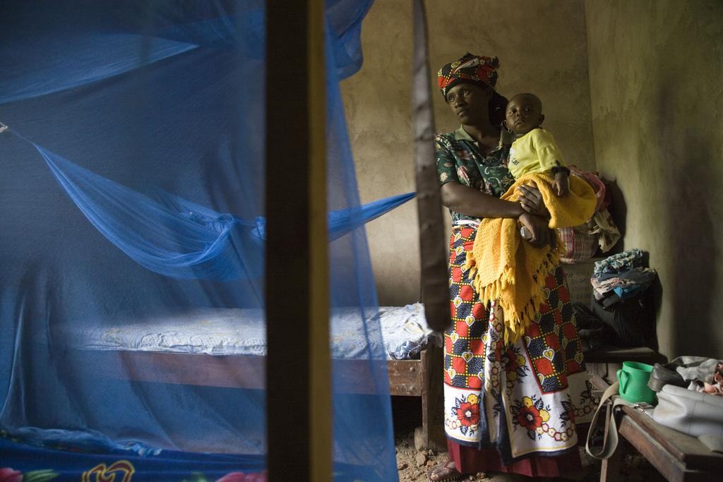 Saumo Mpotwile i jej córka, Anali, w ich domu w miejscowości Lupiro. Ma zainstalowany komary pułapki w jej domu. Oprócz budowy nowego domu w sposób, który redukuje komary najbliższych, i oddanie jej ekrany na wszystkich oknach, ona również korzysta łóżko-NET, z których jeden, że kupił z własnych pieniędzy. (Ifakara, Tanzania, 2007) fot. Gates Foundation CC BY-NC-ND 2.0