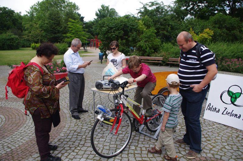 Wytwarzanie prądu w Parku Staszica we Wrocławiu. Ten rower niedługo pojawi się w Łodzi, fot. Polska Zielna Sieć