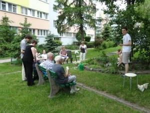 Uczestnicy Akcji Skalniak przy ul. Radka 2, sadząc kwiatki rozmawiali  o osiedlu i projektach do Budżetu Obywatelskiego. fot. Odnowa Teofilowa