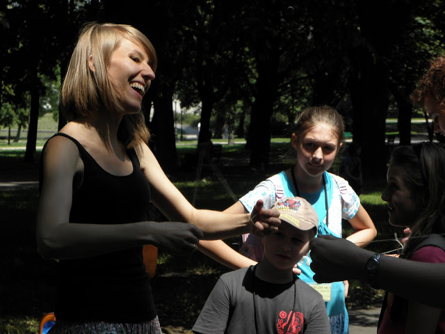 Wolontariuszka organizuje zabawy podwórkowe dla dzieci podczas pikniku z okazji Międzynarodowego Dnia Spółdzielczości, fot. archiwum Źródeł.